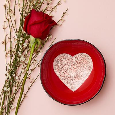 Ciotola laccata rossa con cuore