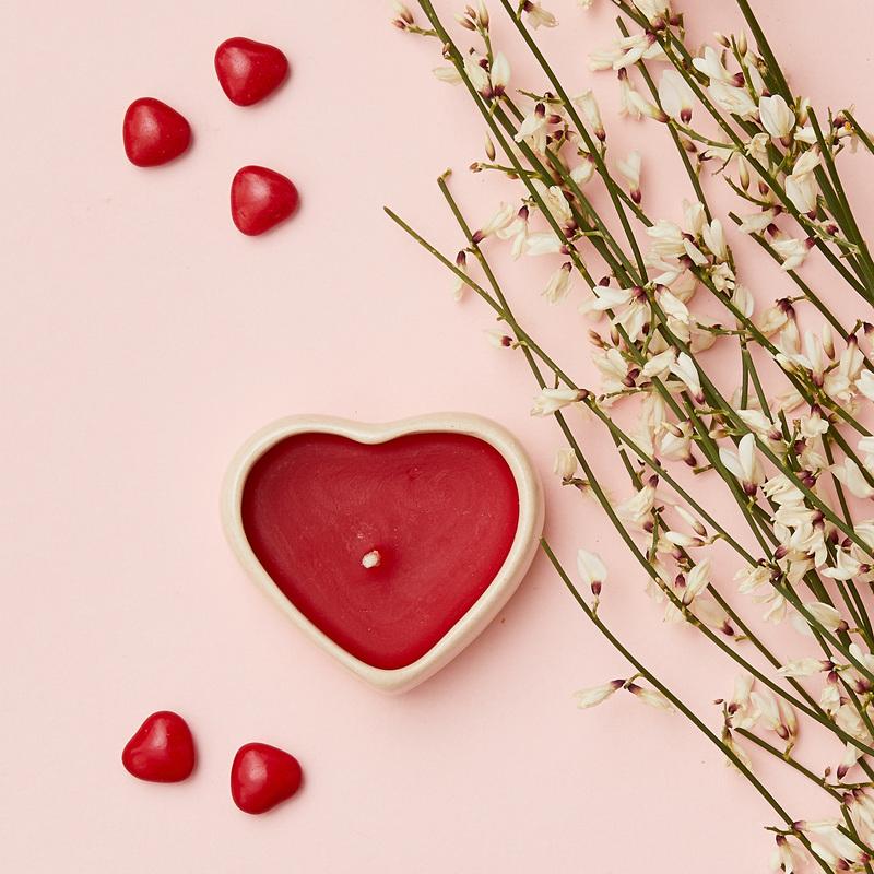 Portacandela in ceramica con candela cuore profumata
